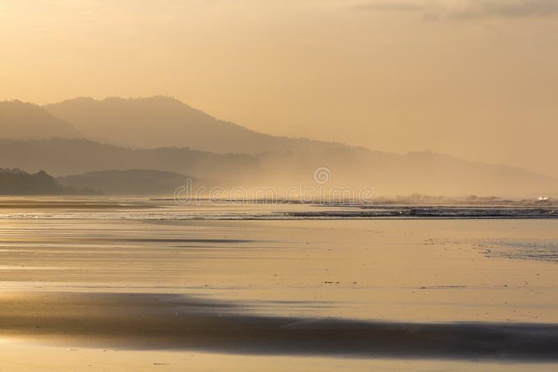 在Matapalo海滩的日出在哥斯达黎加 库存图片