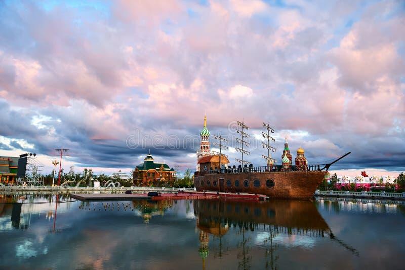 在matryoshka正方形的在NZH满洲里日落的小船和cloudscape 库存图片