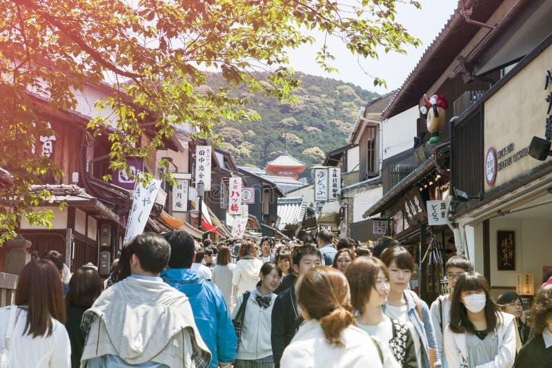 在Matsubara Dori,在途中的普遍的购物街道的大人群场面对著名清水寺寺庙在京都,日本 免版税图库摄影
