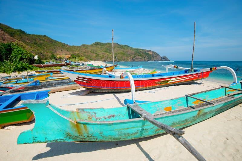 在Mawun海滩-龙目岛,印度尼西亚的渔船 免版税库存照片