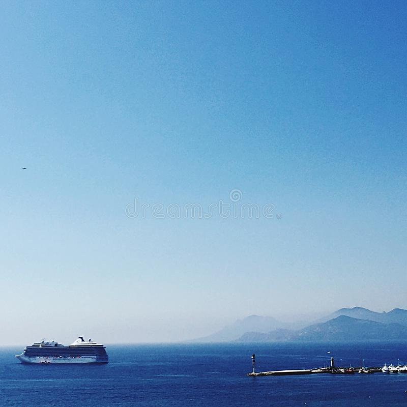 在mediteranean的小船巡航戛纳 免版税库存照片