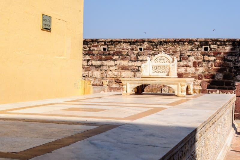 在Mehrangarh堡垒,拉贾斯坦,乔德普尔城,印度的大理石王位 图库摄影