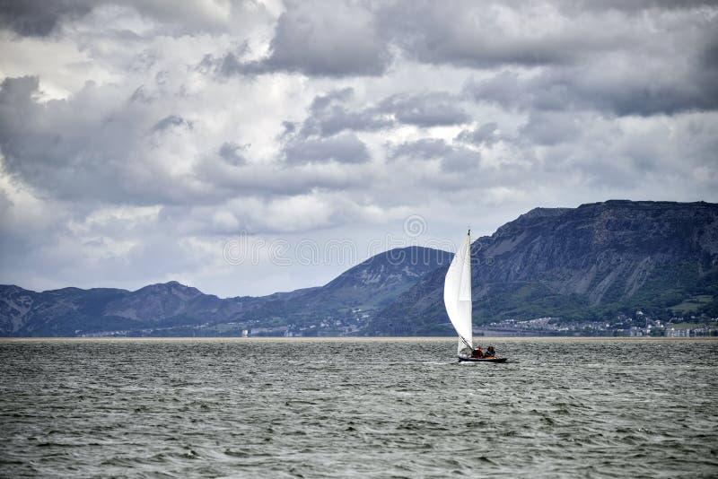 在Menai海峡的小休闲帆船Anglesey威尔士wi的 免版税库存图片