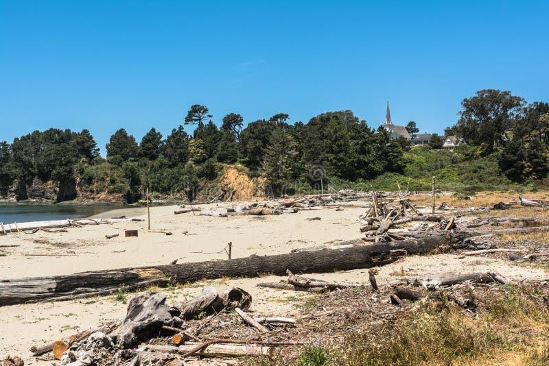在Mendocino海湾,加利福尼亚的沙子海滩 免版税库存照片