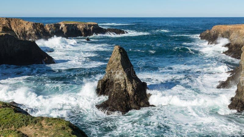 在Mendocino,加利福尼亚附近的岩石太平洋海岸 免版税图库摄影