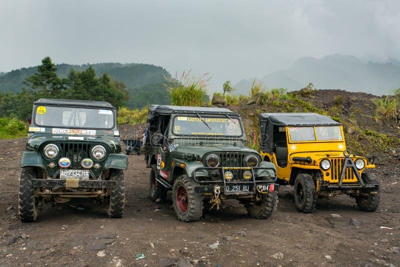 在Merapi火山等待的游人附近的吉普乘驾的 库存图片