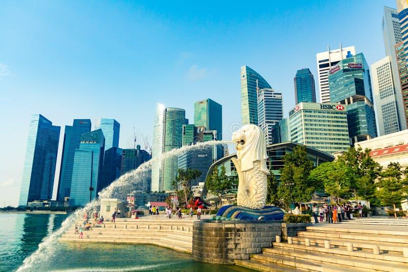 在Merlion公园的Merlion雕象在新加坡有大厦背景 免版税库存照片