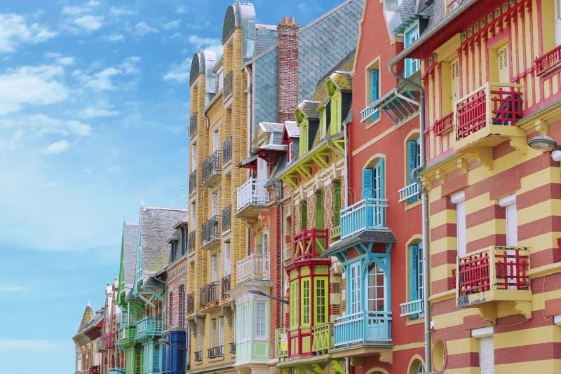 在Mers列斯Bains,北部诺曼底,法国的五颜六色的建筑学 免版税库存图片