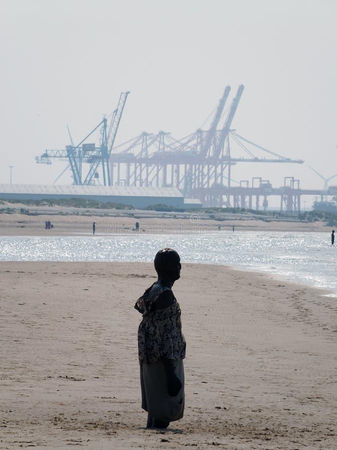 在mersyside的克罗斯比海滩与起重机和雕象 免版税图库摄影