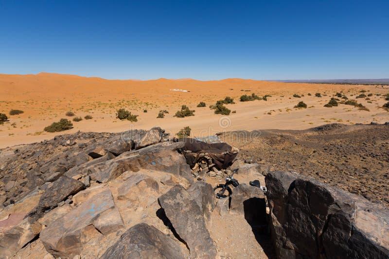 在Merzouga附近,摩洛哥sanddunes的流浪的沙漠  图库摄影