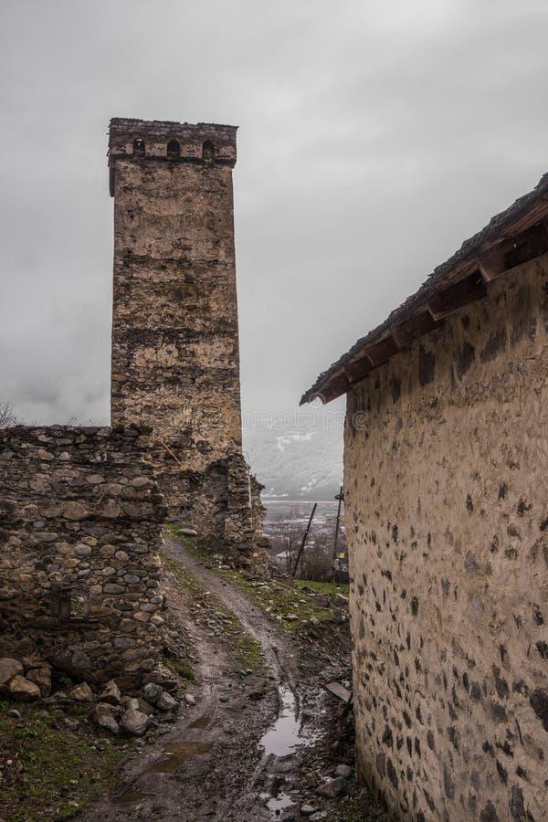 在mestia的防御塔与道路 免版税库存图片