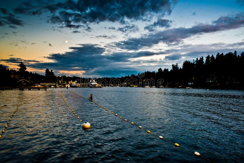 在Meydenbauer海滩公园介于中间的泳道的日落反射在Bellevue,华盛顿,美国 免版税库存照片