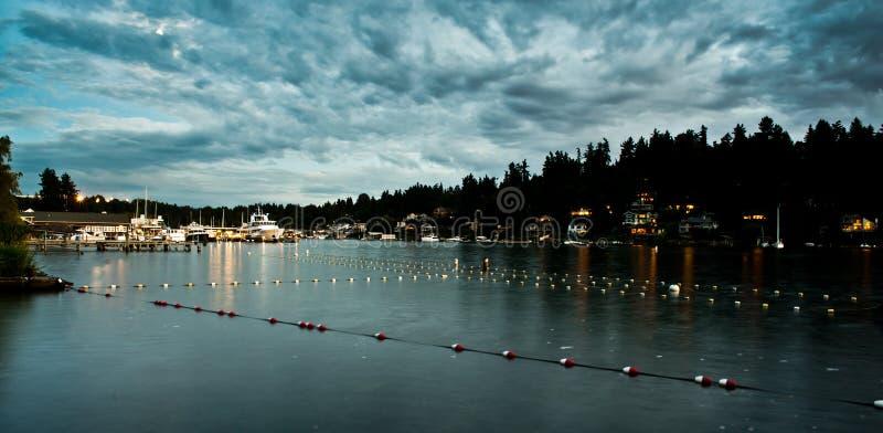 在Meydenbauer海滩公园介于中间的泳道的日落反射在Bellevue,华盛顿,美国 免版税图库摄影