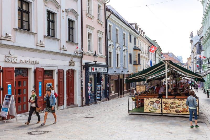 在Michalska街道上的人步行在布拉索夫 库存图片