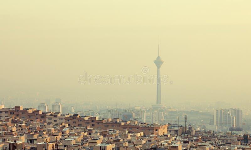 在Milad塔前面的居民住房在德黑兰地平线  免版税库存图片