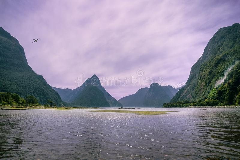 在Milford Sound的淡紫色阴暗日落 图库摄影