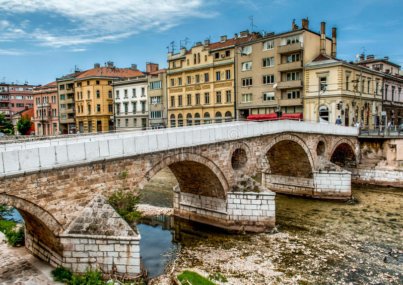 在Miljacka河的萨拉热窝老桥梁 免版税库存照片