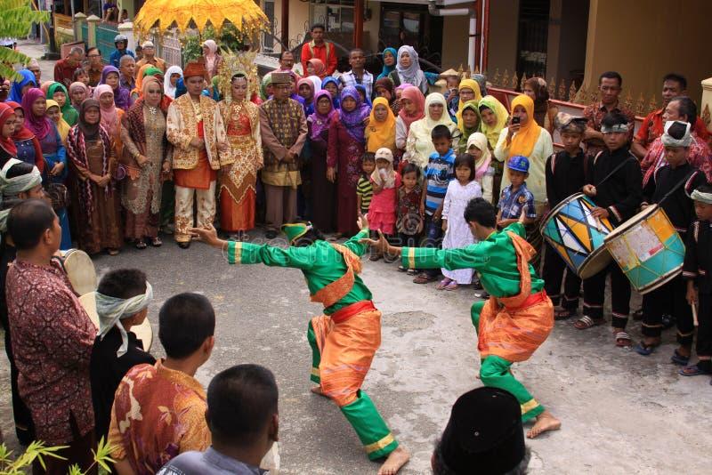 在minang婚礼的传统silat舞蹈 免版税库存照片