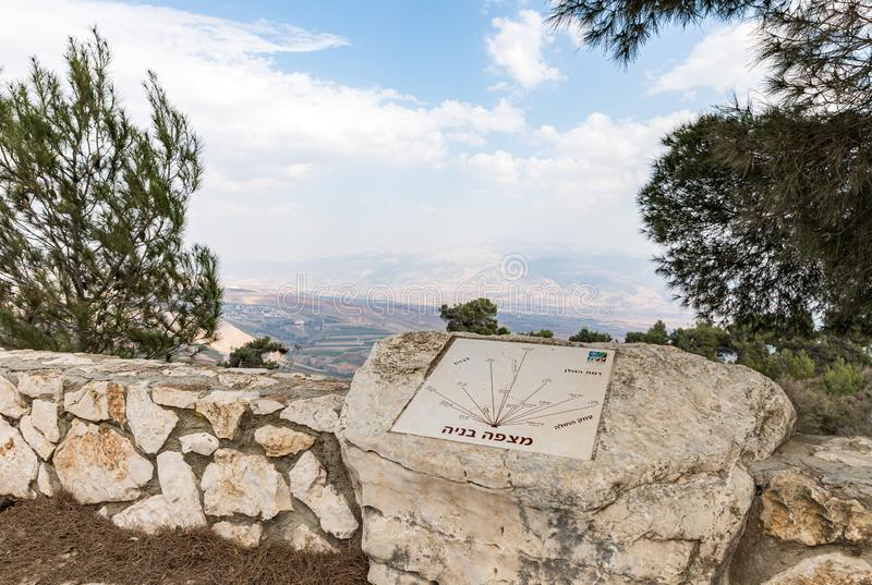 在Misgav Am村附近以色列和黎巴嫩边界的Bania观测台上用希伯来语作解释的标牌 图库摄影