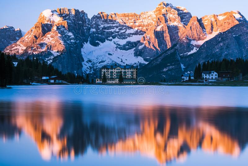 在Misurina湖的壮观的日出在意大利,白云岩mounta 免版税库存照片