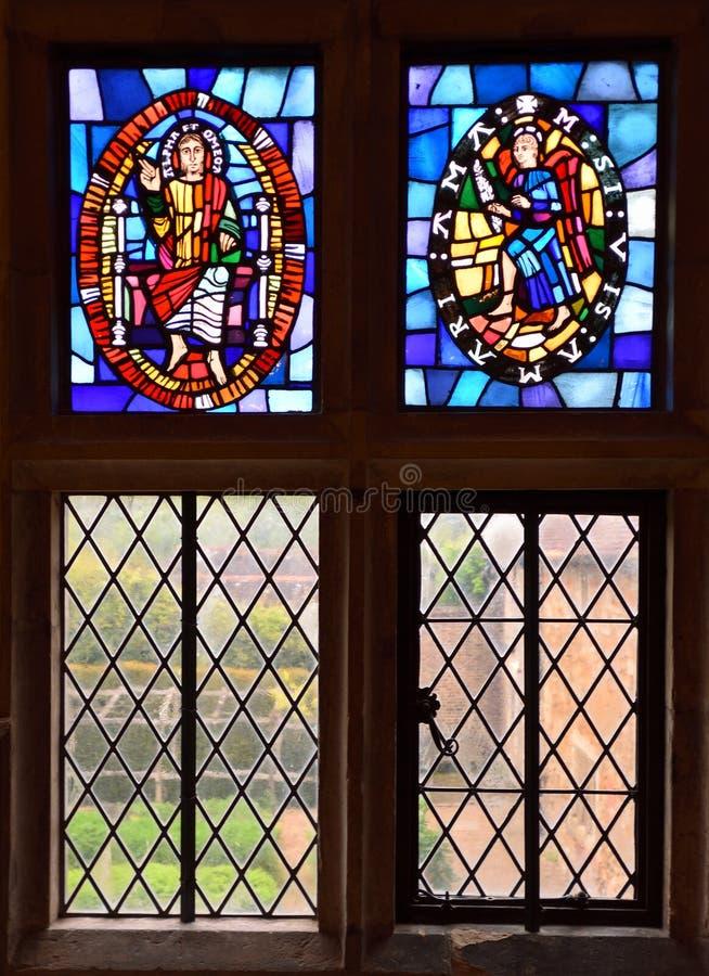 在Mitchelham小修道院鞋帮的污点玻璃窗还价东萨塞克斯郡英国 免版税库存照片