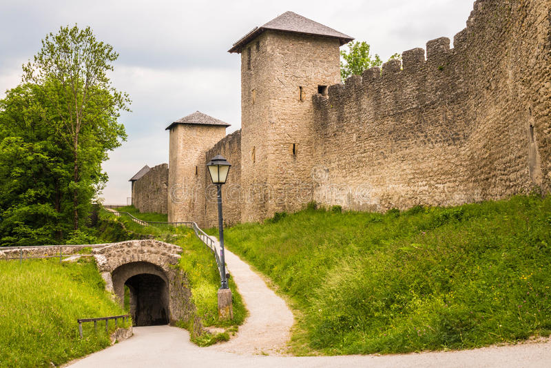 在Moenchsberg山的古城墙壁在萨尔茨堡,奥地利 免版税库存图片
