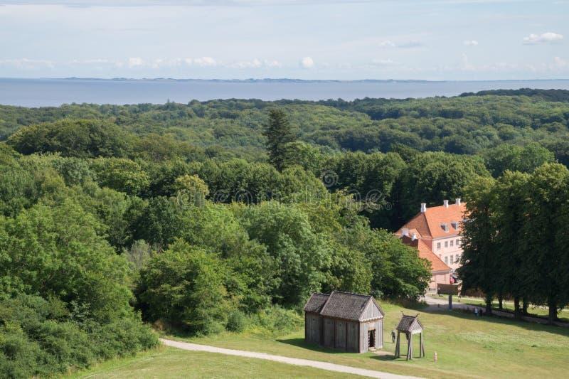 在Moesgaard豪宅附近的森林与老北欧海盗梯级教会,奥尔胡斯,丹麦 库存图片