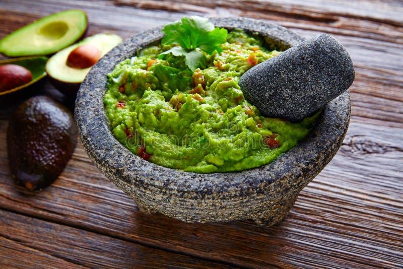在molcajete真正的墨西哥人的鲕梨鳄梨调味酱捣碎的鳄梨酱 库存图片