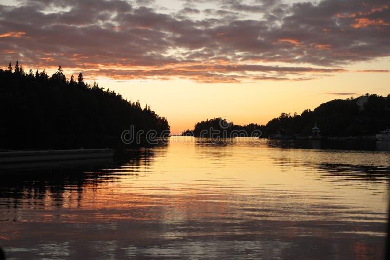 在Monastirskaya海湾的日落。 免版税库存图片