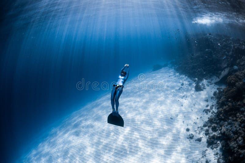 在monofin的妇女freediver 免版税图库摄影