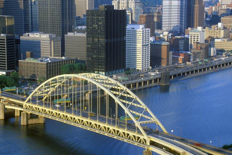 在Monongahela河的自由桥梁与匹兹堡地平线, PA的日落的 免版税库存图片
