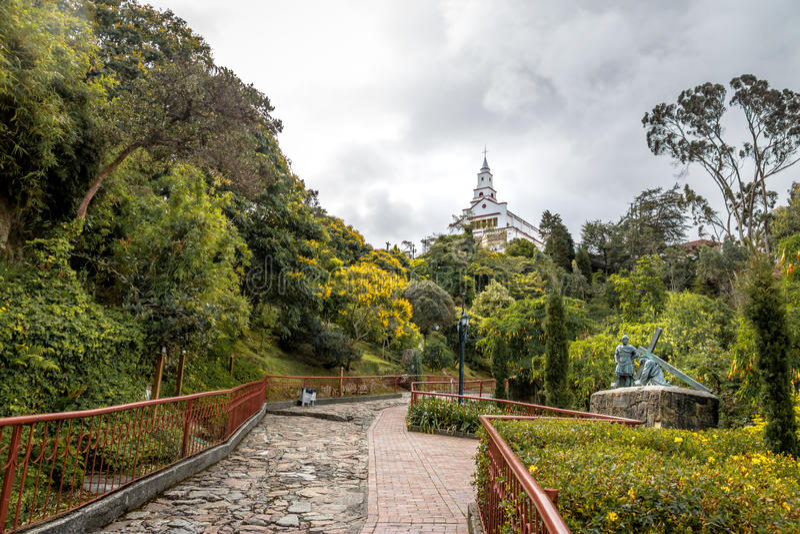 在Monserrate小山顶部的走道与背景的-波哥大,哥伦比亚Monserrate教会 免版税库存照片