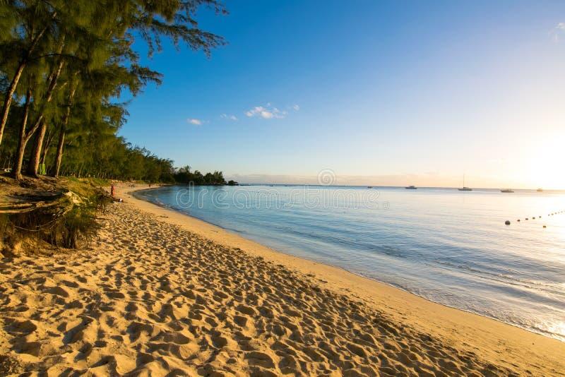 在Mont Choisy海滩毛里求斯的日落视图 免版税库存图片