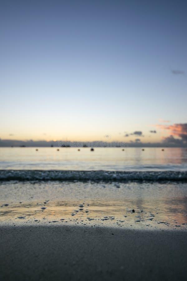 在Mont Choisy海滩毛里求斯的日落视图 免版税图库摄影