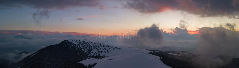 在Monte Pora滑雪区域的寄生虫空中日落在冬天季节 Orobie阿尔卑斯 免版税图库摄影