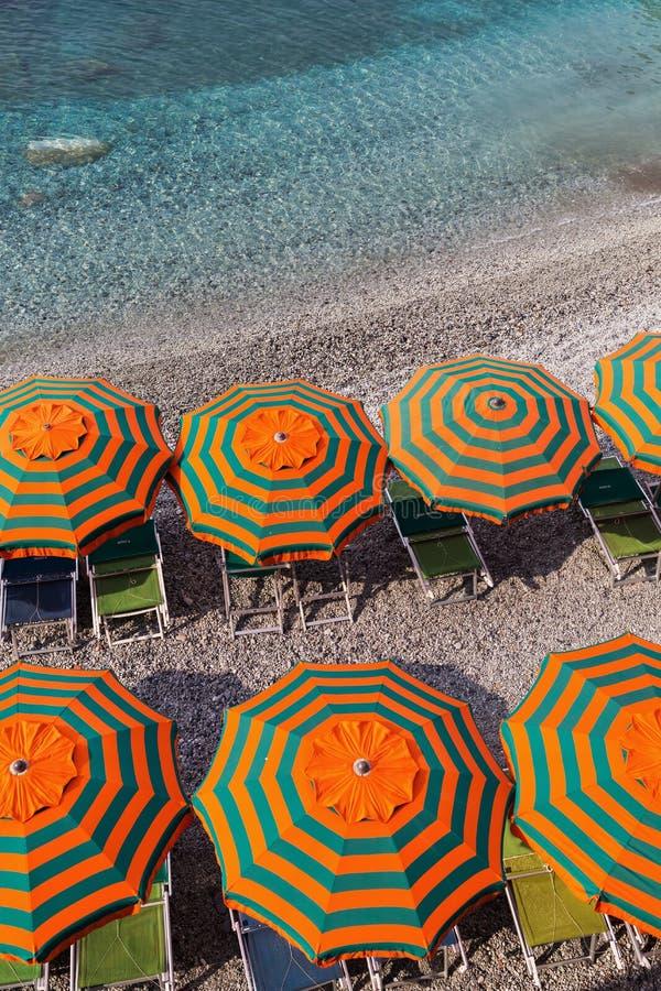 在Monterosso,五乡地,意大利海滩的遮光罩  图库摄影