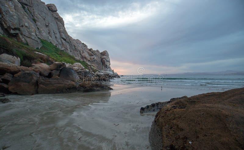 在Morro的黄昏暮色日落反射在加利福尼亚中央海岸晃动在莫罗贝加利福尼亚美国 免版税库存图片