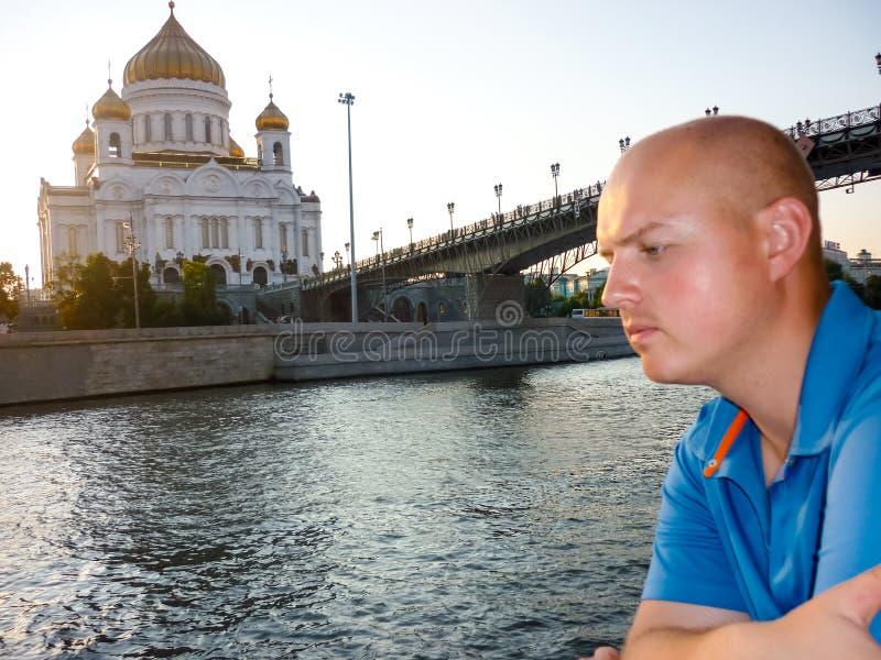 在Moskva河,莫斯科附近的救世主大教堂 免版税库存照片