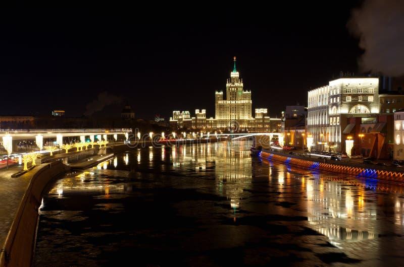 在Moskvoretskaya和Raushskaya堤防,莫斯科,俄罗斯的晚上视图 免版税图库摄影