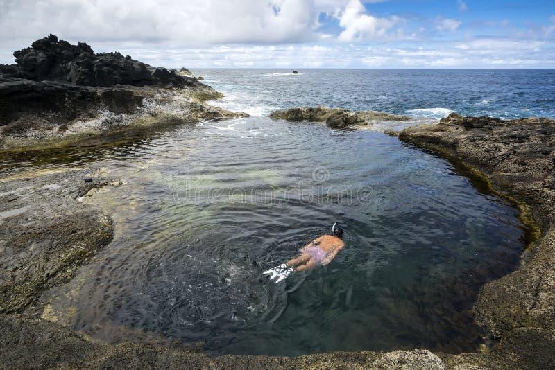 在Mosteiros海滩普腊亚Mosteiros,圣地米格尔,亚速尔群岛,葡萄牙的自然水池 免版税图库摄影