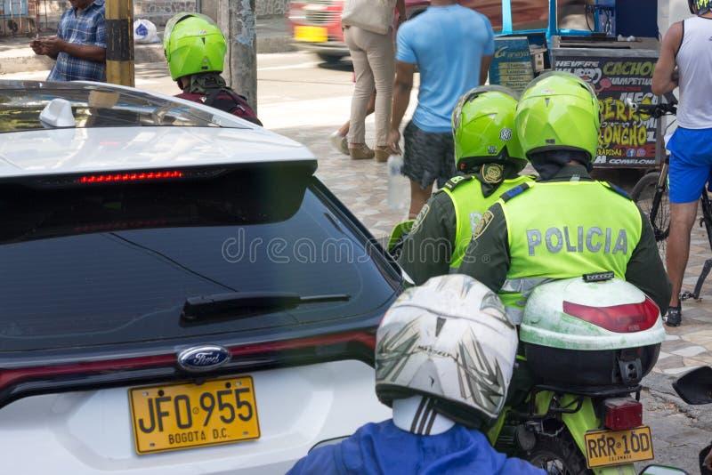 在motocycle的两哥伦比亚警察在卡塔赫钠 库存照片
