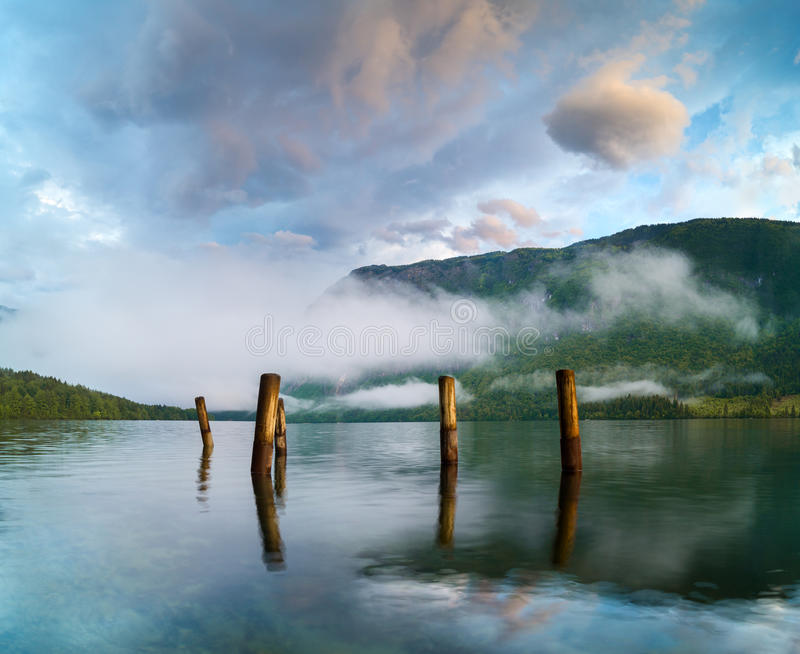 在Mountain湖的壮观,美好的日出 库存照片