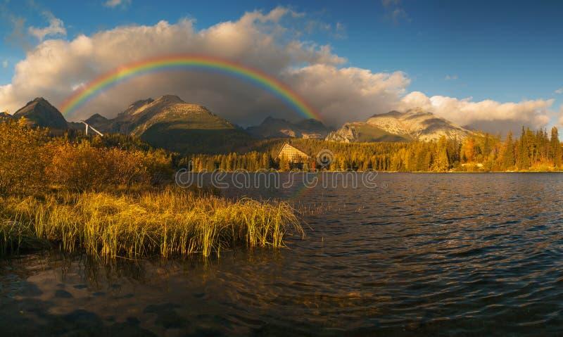 在Mountain湖的壮观,美好的日出 免版税图库摄影