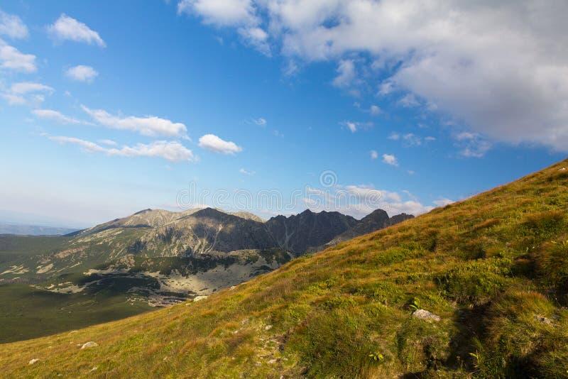 在mountais在夏天和蓝天的看法与云彩 免版税库存照片