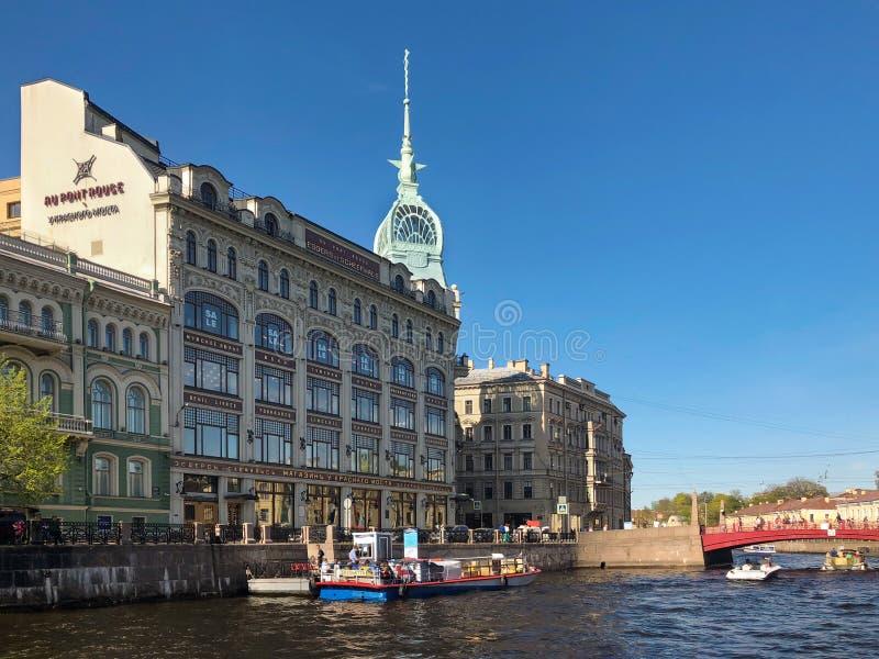 在Moyka河的红色桥梁在圣彼德堡 大教堂圆屋顶isaac ・彼得斯堡俄国s圣徒st 库存图片