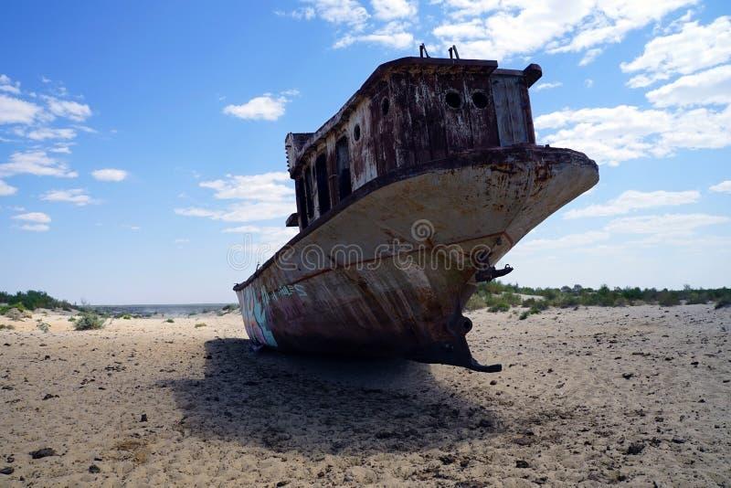 在Moynaq,乌兹别克斯坦的腐朽的咸海渔船 免版税图库摄影