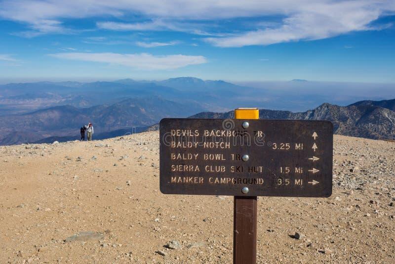 在Mt山顶的足迹标志  在洛杉矶附近的Baldy 库存照片