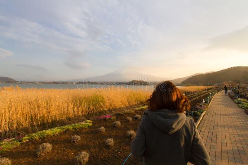 在Mt的妇女旅行 富士日本 库存照片