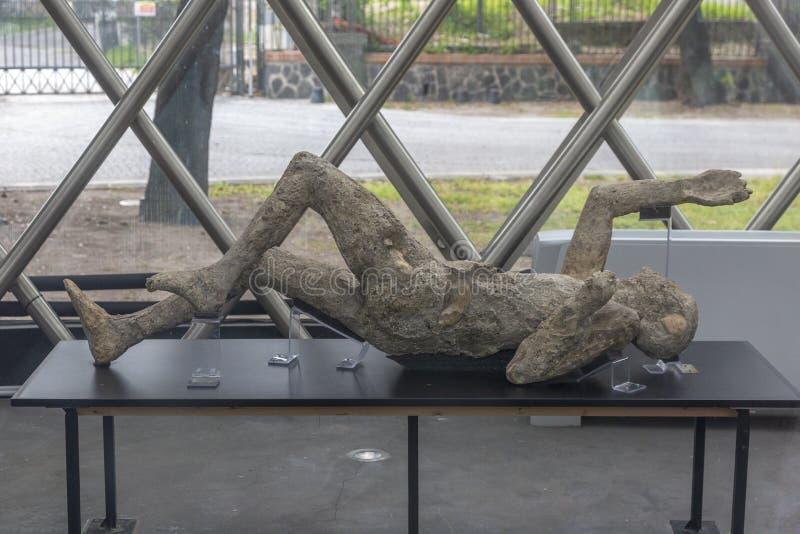 在Mt维苏威的爆发的灰受害者的被石化的身体发现在庞贝城,意大利 免版税库存图片