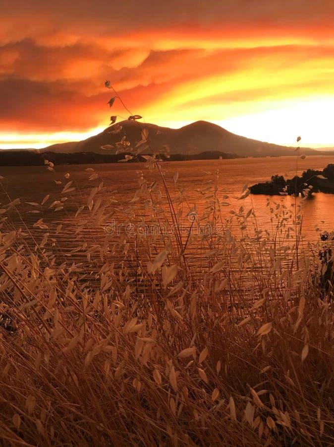 在Mt Konocti的日落在大农场火期间 库存图片